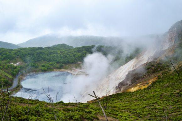 硫黄温泉が噴き出る蒸気を見ることができる火口。もくもく