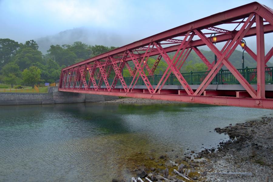 千歳川に架かる山線鉄橋。支笏湖のシンボルだ。
