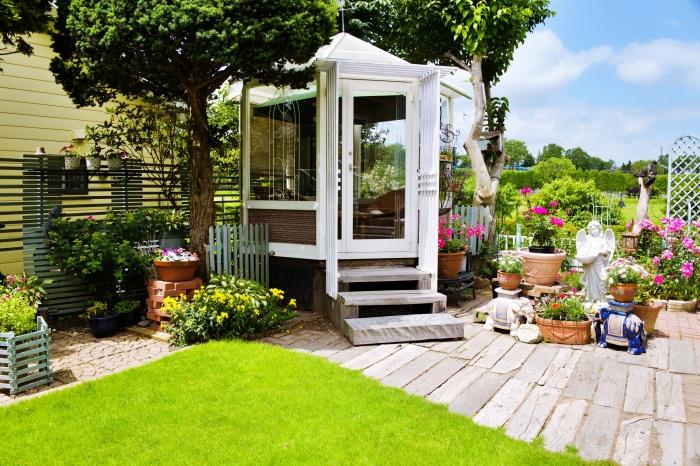 温室やオブジェも様になってます。芝生がきれい!