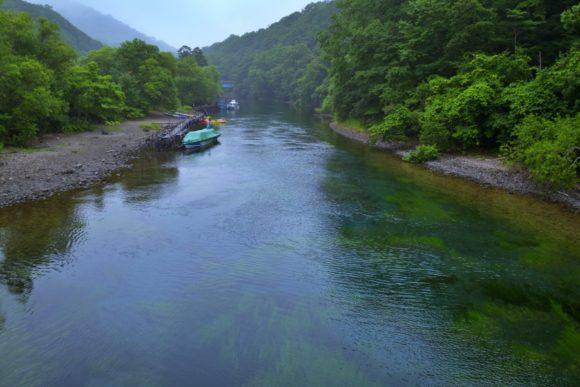 支笏湖へ流れる千歳川。