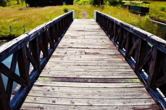 怖すぎる木製の橋。廃墟感が凄いぜ。