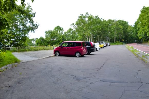 ポロピナイ展望台の駐車場。