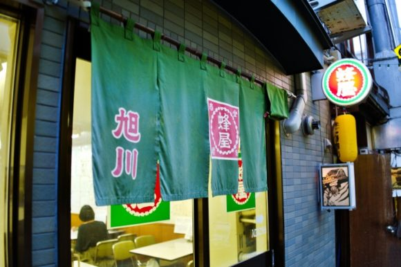昭和の面影が残る小路「ふらりーと」沿いの出入口