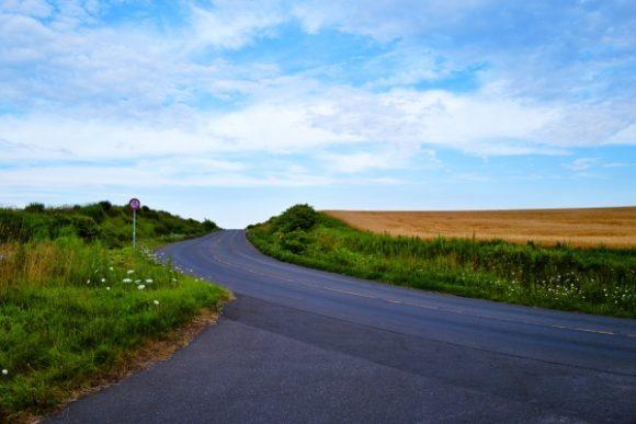 アスファルトと小麦畑の坂道。