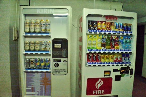 1階の自販機。お酒もあります。