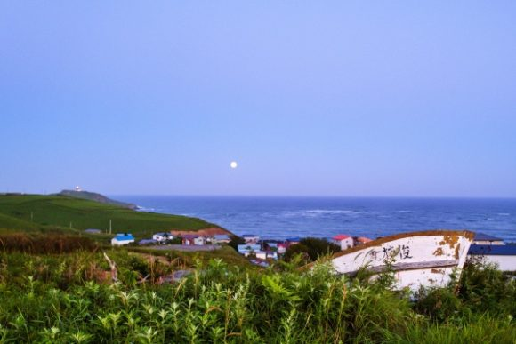 霧多布岬方面から月が昇る。