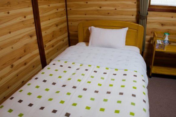清潔なベッド。枕が結構硬めのタイプです(^-^;