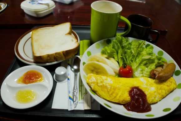 トーストやオムレツなどちょうどいい朝ごはん。