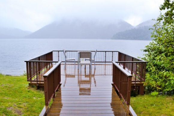 湖畔のテラス。雨…。