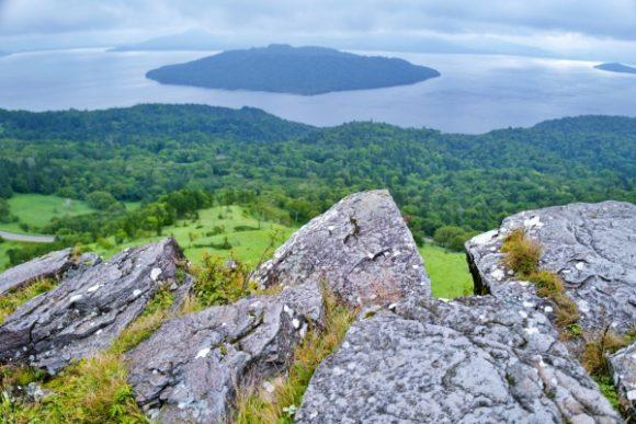 突き出した岩場から屈斜路湖を眺める。フォトジェニック!