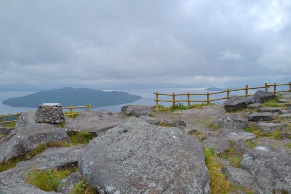岩の向こうに屈斜路湖。