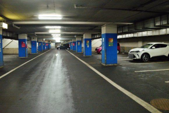 釧路和商市場・地下駐車場。細い道があるので注意。