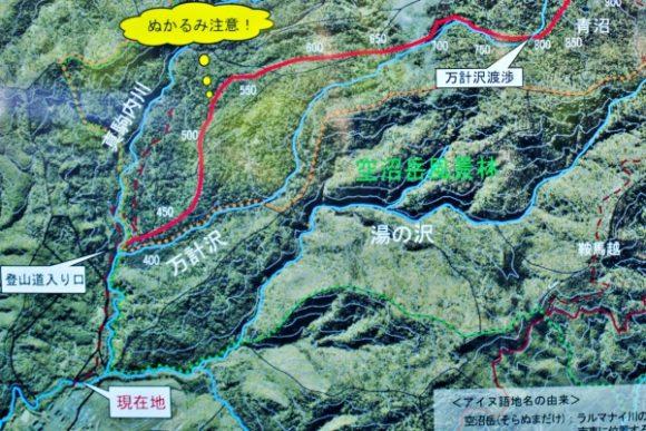現在地(橋)から登山道入り口までは1キロ。