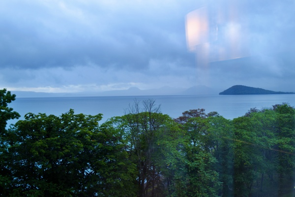 屈斜路湖が目の前にある。右手に見えるのはクッシーの背中…ではなく和琴半島だ。