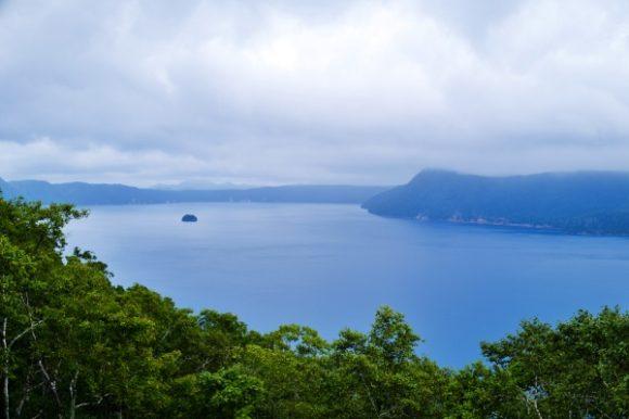 広大な摩周湖が見渡せる。
