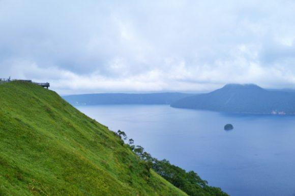 高台から摩周湖を見渡すと…