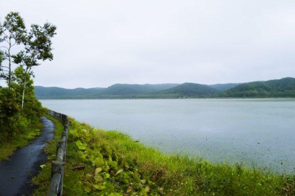 周囲約5キロの小さな湖・達古武沼 (たっこぶぬま )