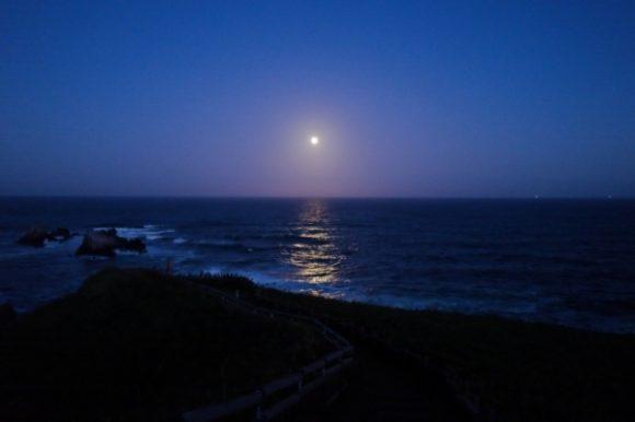 神秘的な光が海を照らす。