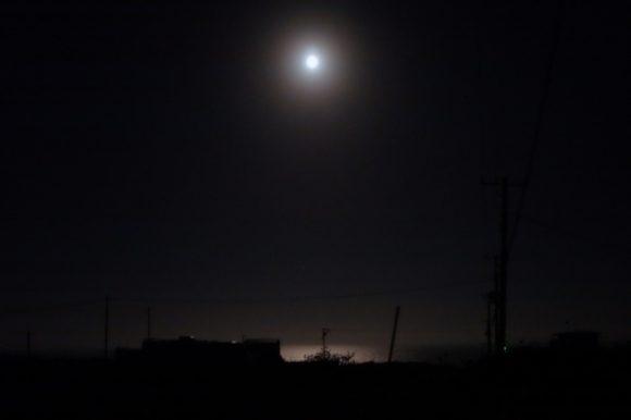 白く海を照らす月。