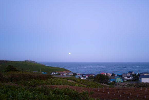 ちょうど満月がひょっこり出現。
