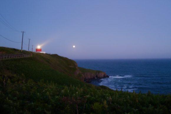 遠くからでもはっきり見える湯沸岬灯台。