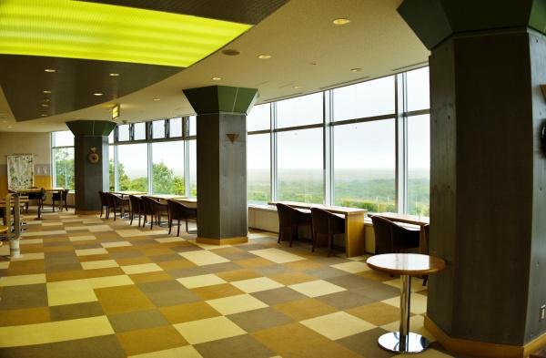 広いカフェスペース。