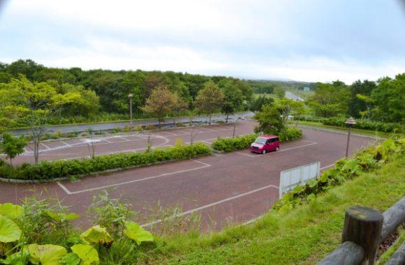 やちぼうず木道が近い広い駐車場。