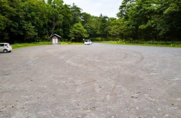 広い駐車場。奥の小屋っぽいのはトイレだ。