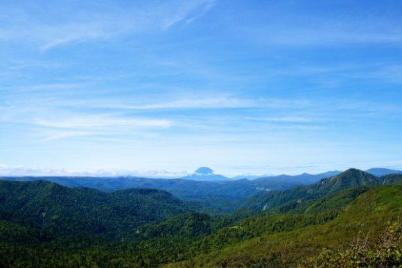 中央に羊蹄山(1,898 m)