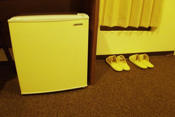 冷蔵庫やスリッパもある。