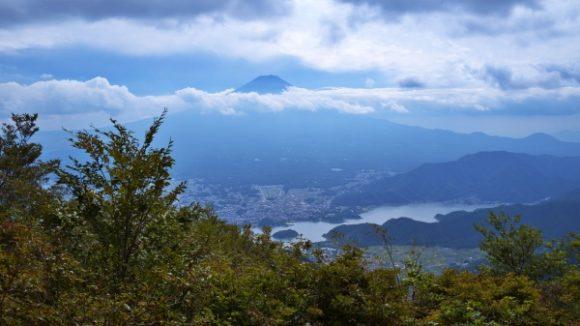 山頂から富士山が見える。
