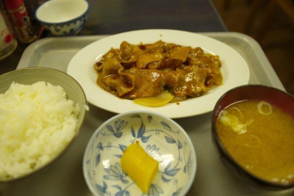 焼肉定食970円。味噌汁はちゃんと出汁の味がしてうまい。