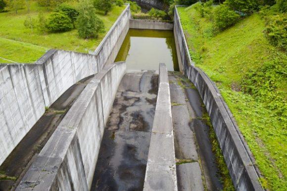 ダムの放流部分かな?