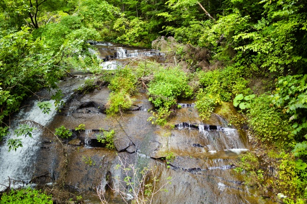 緩やかなラルマナイの滝