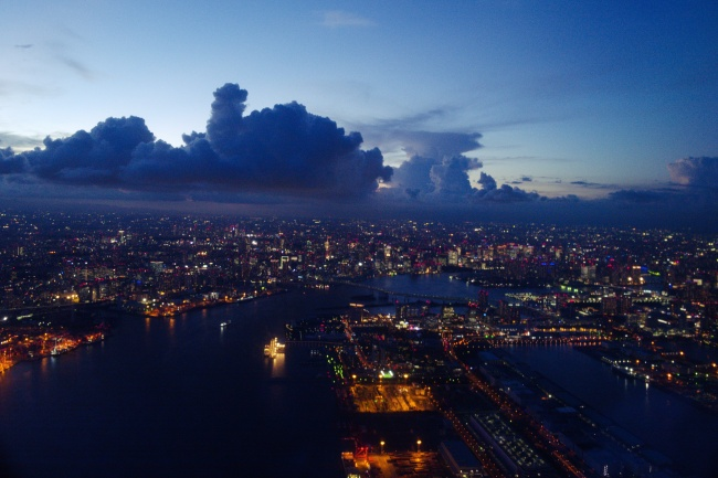 東京湾、レインボーブリッジ方面の景色。絞り値 f/3.5 露出時間1/60秒 ISO速度-6400