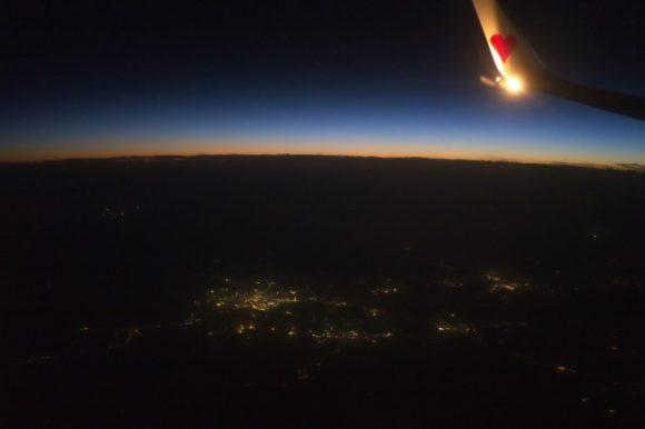 時刻は19:30。闇が近づく。 絞り値 f/1.7 露出時間1/50秒 ISO速度-12500