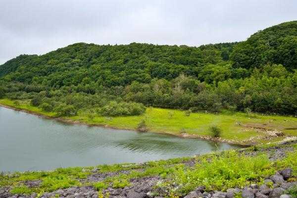 漁川ダムからえにわ湖。石がゴロゴロ積み上げられている。