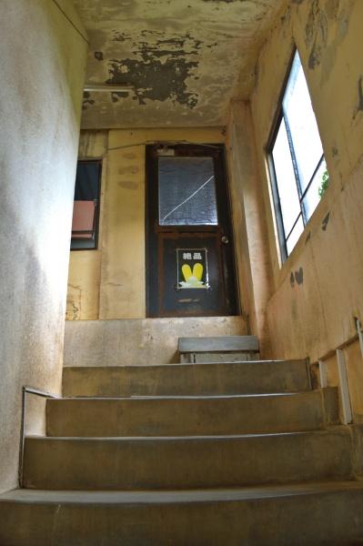 かなり古い階段を上がる。