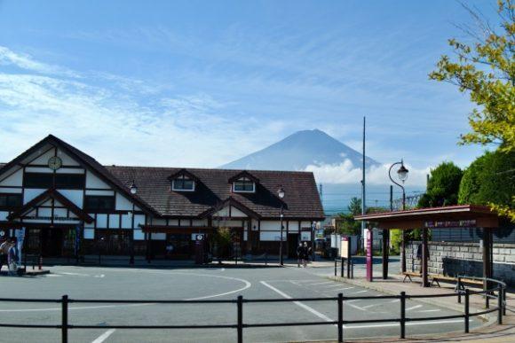 河口湖駅を背景に富士山
