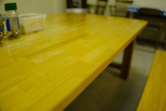 テーブル席で待機。お腹減った・・・