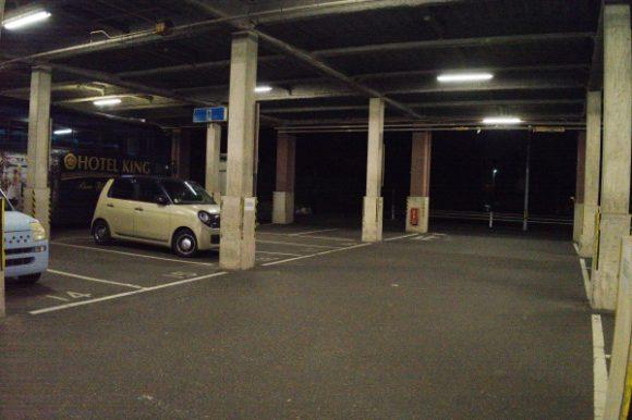 ホテルのフロントからも近い駐車場