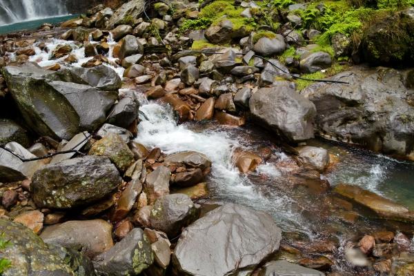 滝から流れる温泉。