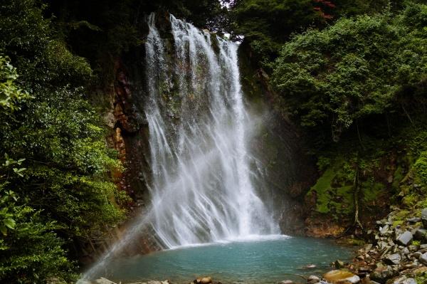 高さ23m幅16mの丸尾滝