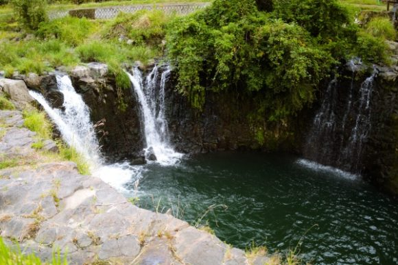 高さ8メートルの板井手の滝が流れる。