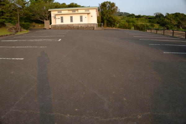 駐車場、奥にトイレもある。