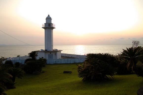 夕日を背景に長崎鼻灯台が見える。