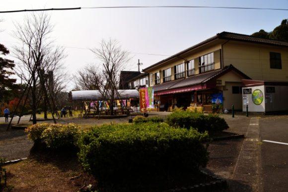 お土産屋やランチスペースもある。