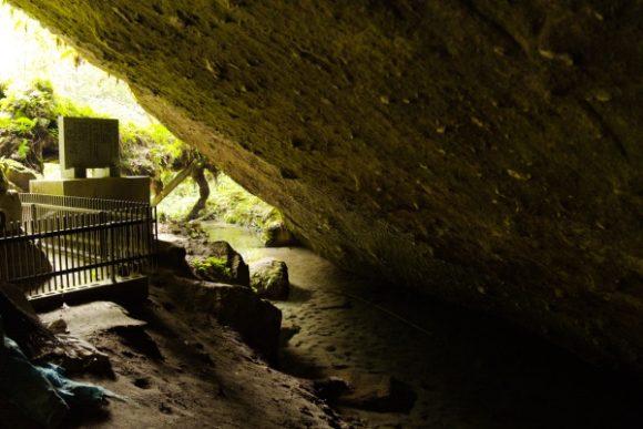 洞穴横の清流。
