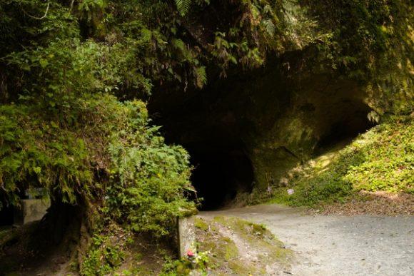 洞窟の前。少し不気味。