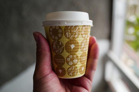 ホットコーヒーをテイクアウト。